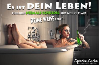 Spruchbild, auf dem eine tätowierte frau Frau in der Wanne liegt, raucht und Bier trinkt und es sich gut gehen lässt.