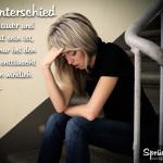 Spruchbild: Frau sitzt alleine und enttäuscht auf Treppe