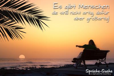 Spruchbild mit Paar auf Bank am Meer, blickend in den Sonnenuntergang