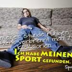 Spruchbild - Fauler Mann sitzt auf Sofa