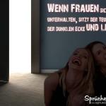 SPruchbild mit zwei Frauen im dunklen Raum