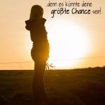 Spruchbild Mädchen im Sonnenuntergang als Silhouette