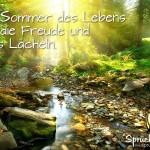 Traumhaftes Sommerbild im Wald mit Spruch über das Leben