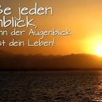 Spruchbild über das Leben - Sonnenuntergang über den Bergen am Meer