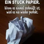 Spruchbild über Vertrauen mit zerknüllten Papier