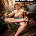 Mann im Sessel mit Bier und Hamburger in der Hand. Er lässt sich gehen
