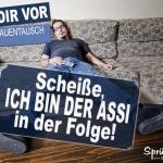 Mann lungert mit Fernbedienung in der Hand auf Sofa rum