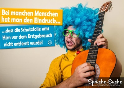 Durchgeknallter Gitarrenspieler mit blauen Haaren