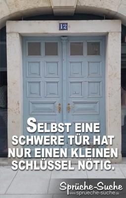 Alte blaue Tür in Sandstein