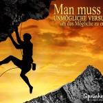 Bergkletterer klettert an Felsen mit Überhang