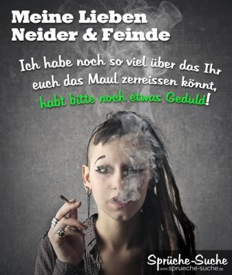 Alternativ gestimmte junge Frau die raucht