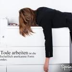 Frau liegt erschöpft im Büro auf Aktentisch