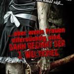 Zombiefrau mit blutiger Axt in der Hand