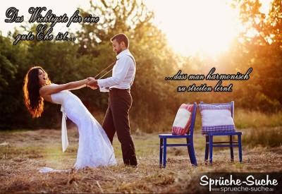 Hochzeitspaar im Freien mit Stühlen