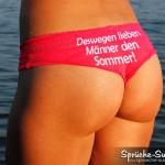 Schöner braungebrannter Arsch mit roter Unterwäsche