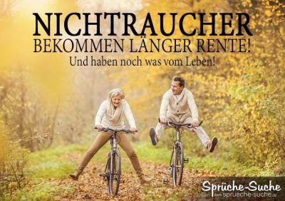 Zwei Rentner fahren freudig mit dem Fahrrad duch das Laub eines Herbstwaldes