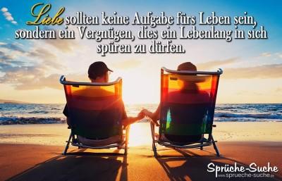 Altes Ehepaar Hand in Hand sitzend auf Liegestühlen beim Sonnenuntergang am Meer