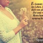 Frau hält Pusteblumen in der Hand - Vintage Look
