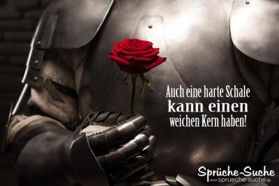 Mann in Ritterrüstung mit Rose in der Hand