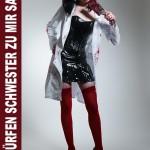 Horror Krankenschwester mit blutigem Beil