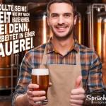Mann hält freudestrahlend ein Glas Bier in der Hand und zeigt den Daumen