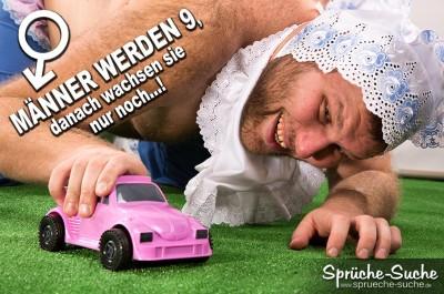 Behaarter Mann spielt wie ein Kind mit einem rosanen Spielzeugauto auf Teppich