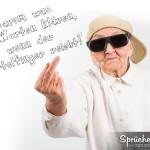 Spruchbild mit cooler Oma, die ein Basecap trägt und eine Sonnenbrille auf hat und den Stinkefinger zeigt