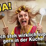Extrem erboste Frau mit Küchenutensilien als lustiges Spruchbild