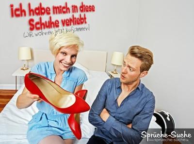 Ein Mann liegt in einem Behandlungszimmer und legt einer blonden Frau ...