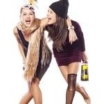 Genieße dein Leben! Zwei Freundinen genießen es und haben Spaß!