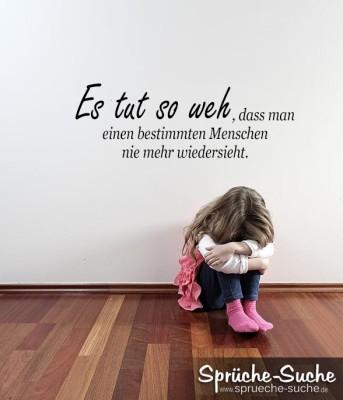 Trauriges Mädchen sitzt auf Fußboden und weint