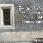 Weiser Spruch auf Hauswand geschrieben