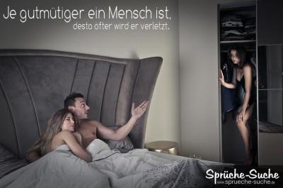 Frau eines Seitensprunges versteckt sich im Schlafzimmerschrank