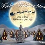 Weihnachtsgrußkarte mit Winterdorf, Weihnachtsbaum und Rentierschlitten vor Mond