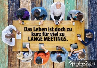 Viele leute am Tisch sitzen bei einem langen Meeting