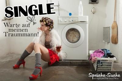Single-Frau in Highheels mit Lockenwicklern sitzt leicht bekleidet vor Waschmaschine