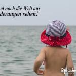 Kleinkind blickt Richtung Meer