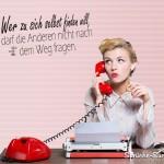 Frau Vintage Style am roten Telefon als motivierendes Spruchbild