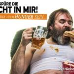 Lustiges Bild - ich habe Hunger - Verwahrloster Mann isst Hamburger und trinkt Bier