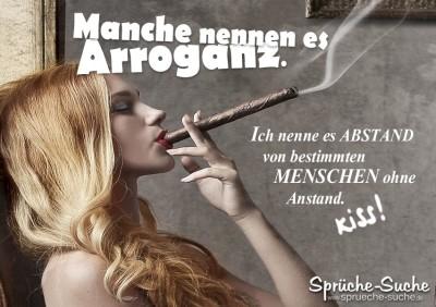 Spruchbild mit rauchender Frau die Arroganz austrahlt