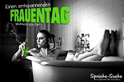 Frau in Badewanne entspannt zum Frauentag