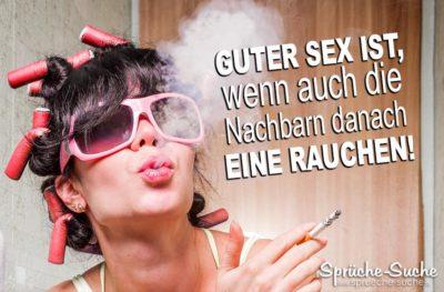 Frau mit Lockenwicklern raucht auf den guten Sex der Nachbarn