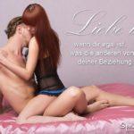 Liebe ist - Spruchbild mit Pärchen auf Bett