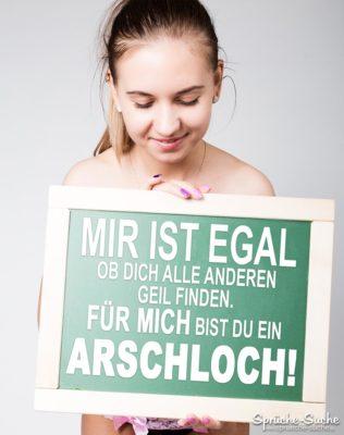 Arschloch Sprüche - Frau mit Schild in der Hand