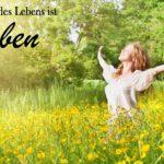 Glückliche Frau bei Sonnenschein auf Wiese - Schöne Lebensweisheiten