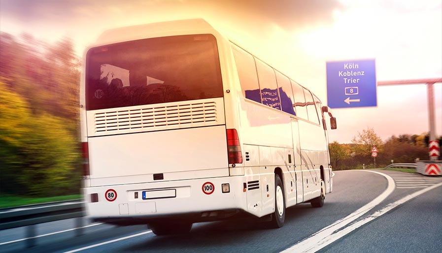 Fernbus auf Autobahn - günstig reisen