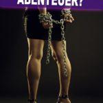 Fesselspiele Abenteuer Sprüche | Frau im kurzen Rock, die Hände mit Ketten gefesselt