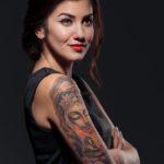 Glückliche Frau mit Tattoo
