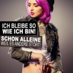 Sprüche Selbstvertrauen - Frau mit Hut und Lila Haaren und vielen Tattoos
