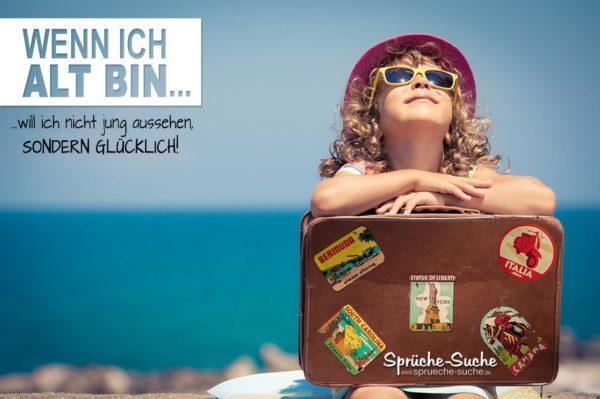 Im Alter glücklich sein - Spruch zum Nachdenken mit junem Mädchen mit Sonnenbrille und Koffer am Meer
